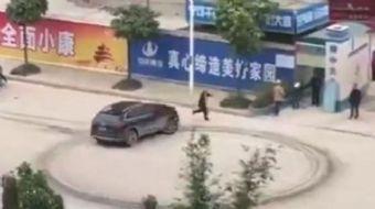 Çin'de bir adam aracıyla birlikte 1 milyon dolar alacağı olduğu şirketin önüne geldi. Aracıyla ilk o