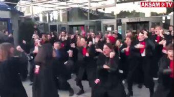 Fransa'da Avukatlar Emeklilik Reformunu Haka Dansıyla Protesto Etti