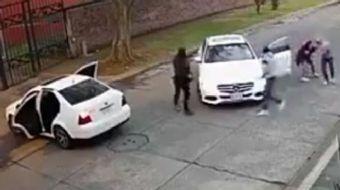 Meksika'nın Uruapan kentinde bir kadın, yolunu kesen kişiler tarafından kaçırıldı. Otomobilin önünü