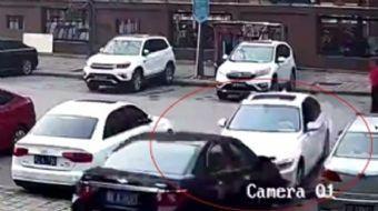 Çin'de otoparkta aracını bir türlü istediği yere çekemeyen kadın sürücü, bir çok kez başarısız olunc