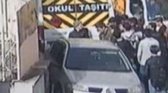 İstanbul Kağıthane'de öğle yemeği için okuldan çıkan 2 öğrenci, kaldırımı işgal eden araçlar nedeniy