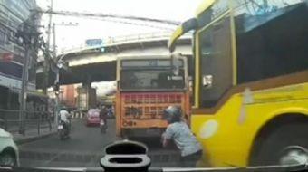 Tayland'da 2 motosikletli yoğun trafikte ilerlemeye çalışıyordu. Bu sırada motosikletlilerden biri k