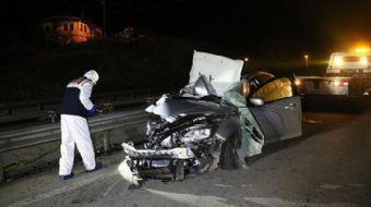 Manisa´nın Alaşehir ilçesinde otomobilin yol kenarındaki tıra çarpması sonucu 3 kişi öldü, 2 kişi ya