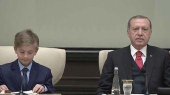 Cumhurbaşkanı Recep Tayyip Erdoğan, çocukları Külliye'de misafir etti. Cumhurbaşkanı Erdoğan koltuğu