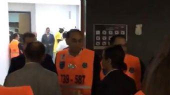 Fenerbahçe'nin Euroleague şampiyonu olduğu maçın ardından Nusret Gökçe oyuncularla saha içinde o meş