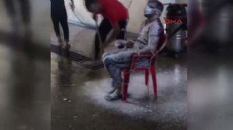 Sivas'ta oto yıkama dükkanı işleten esnaf, işini aksatan çalışanını sandalyede tazyikli suyla yıkadı