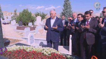 Başbakan Binali Yıldırım, bozlak ustası Neşet Ertaş'ın mezarını ziyaret etti.