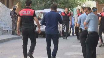 Bağcılar'da bulunduğu araçta uyuşturucu çıkan şahıs polisten kaçtı. Polis ile şahıs arasına çatışma