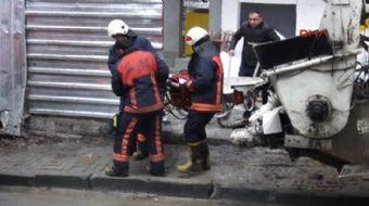 Kadıköy'de bir inşaatta kalıpların söküldüğü sırada çökme meydana geldi. Çöken merdivenin altında ka