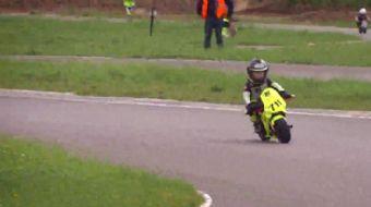 Henüz 4 yaşında olmasına rağmen bisiklet ve motosikleti kolaylıkla kullanabilen Ukraynalı Tima Kules