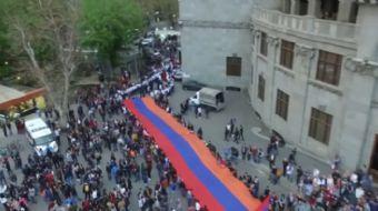 Ermenistan'ın başkenti Erivan'da sözde soykırımın 102. yıldönümünü anma etkinliği düzenleyen gruplar