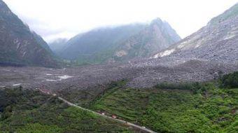 Çin'de bir dağ köyü sabahın erken saatlerinde eşine rastlanmayan büyüklükte bir kütlenin altına gömü