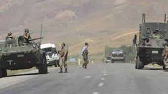 Siirt'in Baykan ilçesinde seyir halinde olan sivil bir aracın içerisinde bulunan askerlere uzun naml