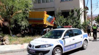 Kütahya'da freni patlayan hafriyat kamyonu, yol kenarındaki binaya çarptı.Alınan bilgiye göre, ramp