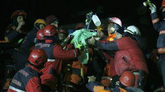 24 saat sonra kucağında çocuğuyla kurtarıldı