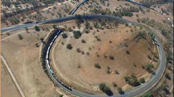 Dünyanın en uzun treni olarak gösterebileceğimiz uzun vagonlarıyla ve gövdesiyle yük treni görenleri