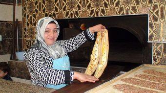 Konya'nın Ereğli ilçesinde yaşayan Songül Cengiz, lokantada etliekmek ustası olarak çalışarak aile b