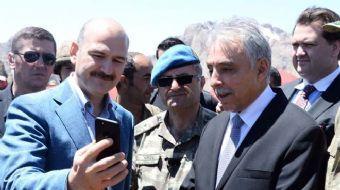 Çukurca'da askerlerle bir araya gelen İçişleri Bakanı Süleyman Soylu, Başbakan Yıldırım ile canlı ba