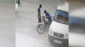 Afyonkarahisar'da iki çocuğun park halindeki bir motosikleti itekleyerek çalıştırdıktan sonra çalmal