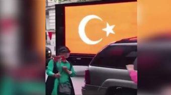New York sokaklarında bir grup, Dombra şarkısı eşliğinde terörü durdurun yazılı kamyonetlerle dolaşt