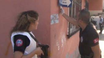 Adana'da bir mahallede yapılan operasyonda kadın polis, uzun namlulu silahla güvenlik önlemi aldığı