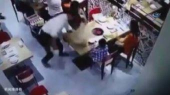 Japonya'da bir restoranda ayağı kayan garson, elindeki sıcak çorbayı çocuğun üzerine döktü.