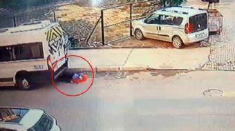 Esenyurt'ta geri geri gelen servis aracı kucağındaki bebekle yol kenarında bekleyen kadını altına al