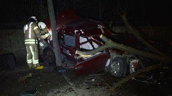 Beşiktaş'ta Feci Kaza! Yoldan Çıkıp Ağaca Çarptı