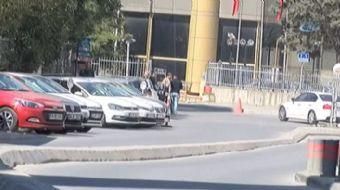 Sarıyer'de yol kenarına park eden araçlardan para isteyen değnekçiler, bir vatandaşı tekme tokat döv