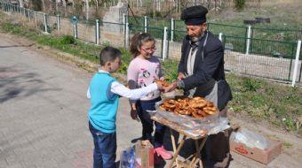 Yozgat'ın Yerköy ilçesinde 60 yıldır simitçilik yapan 73 yaşındaki Muhsin Özsoy, her gün yaklaşık 10