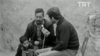 TRT arşivlerinden çıkan görüntülerde Tüpgaz içme hastalığı olan çocuğun doktor ve babasının ihmakarl