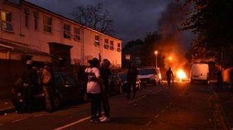 Siyahi İngiliz Da Costa'nın gözaltına almasının ardından hayatını kaybetmesini protesto eden gösteri