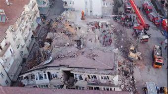 Deprem Alanında Sabahın İlk Işıklarıyla Aramalara Devam Edildi