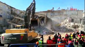 Elazığ Sürsürü'de Deprem Sonrası Binanın Yıkılma Anı