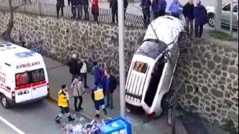 Trabzon'da İlginç Kaza: Duvarda Asılı Kaldı
