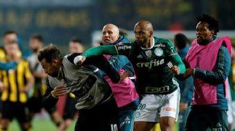 Palmeiras forması giyen eski Galatasaraylı Felipe Melo, Penarol maçında rakibini yumrukladı.