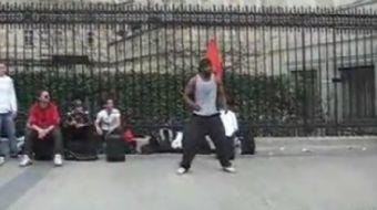 Arkadaşlarına gösteri yapan sokak dansçısının akılalmaz hareketleri arkadaşlarının amatör kamerası t