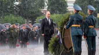 Bir seremoni sırasında aniden bastıran şiddetli yağmurda sırılsıklam olan Rusya Devlet Başkanı Putin