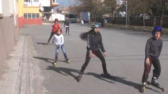 Muş'ta, henüz kar yağmaması nedeniyle asfalt zeminlerde yarışlara hazırlanmak zorunda kalan Kayaklı