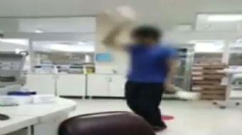 İstanbul'daki özel bir hastanede yoğuun bakım ünitesinde çalışan hasta bakıcının oryantal dans yapıp