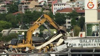 Kuruçeşme'de bulunan Galatasaray Adası'nda sabah erken saatlerde yıkım çalışmaları başladı.