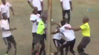 Zimbabve�de k�rm�z� kart g�r�nce sinirden deliye d�nen futbolcu, hakeme sald�rd�. Bir s�re savunmada