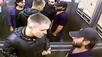 Rusya'da bir asansörde kavga eden adam yanındaki üç kişiyi yere serdi. Asansör kamerasının kaydettiğ
