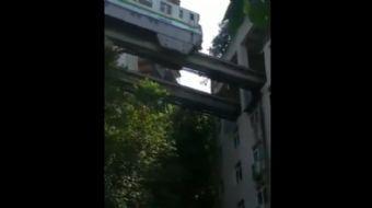 İçinden tren geçen bu ilginç apartman görenleri hayrete düşürüyor.