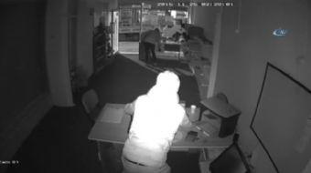 Bursa'da bir iş yerine giren iki hırsız, 5 bin liralık elektronik cihazı çalarken güvenlik kameralar