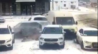 Rusya'da Minibüs Park Halindeki 4 Araca Çarptı