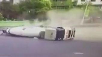 Çin'de beton mikserinin altında kalan motosiklet sürücüsü hayatını kaybetti.