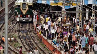 Hindistan'da bir tren istasyonunun üst geçidinde kalabalık nedeniyle meydana gelen izdihamda en az