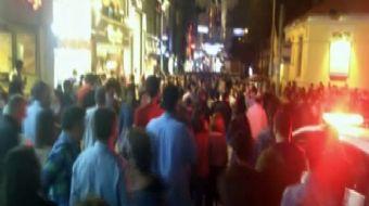 İstiklal Caddesi'nde iki kişi arasında yaşanan kavga hareketli dakikaların yaşanmasına yol açtı.