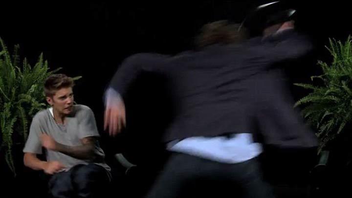 Justin Bieber'a kemerle saldırdı